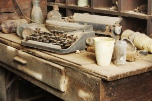 old-typewriter-on-dusty-desk